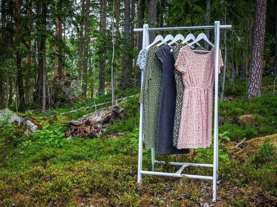 Kleider im Wald auf der Kleiderstange